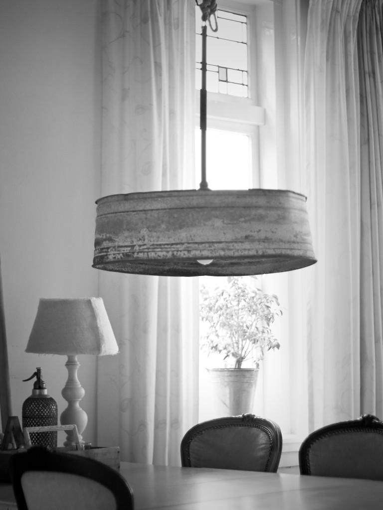 Zinken lamp boven de eettafel