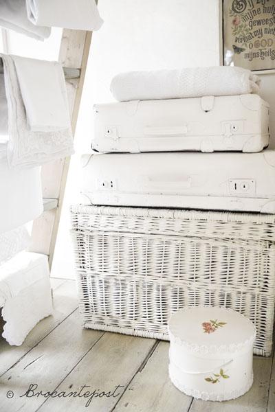Maandag wasdag - brocante hoek met mand koffers en linnen